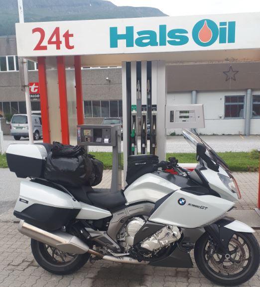 Alle turer starter med å fylle førsteklasses høyoktan bensin fra Hals Oils pumpeanlegg i Todalen. Vi ser frem til at Hals Oil får et landsdekkende forhandlernett.  Foto: Lars Stensby