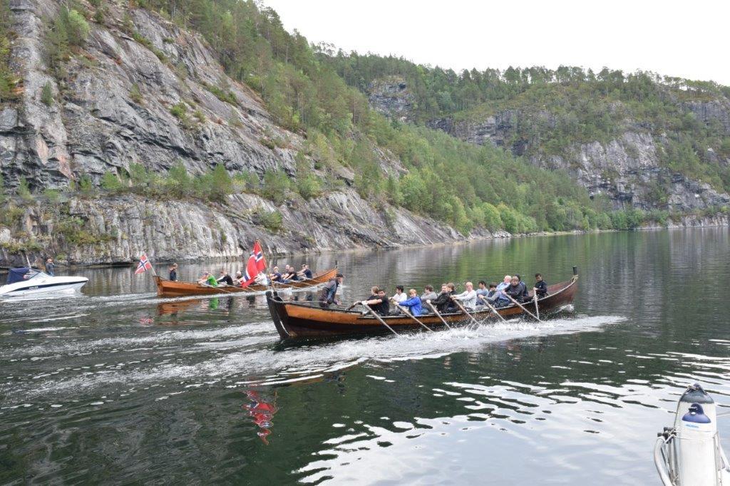 Frå starten på rokonkurransen - full fart over fjorden og rundt ei bøye som låg på andre siden av fjorden og tilbake.  Foto: Jon Olav Ørsal