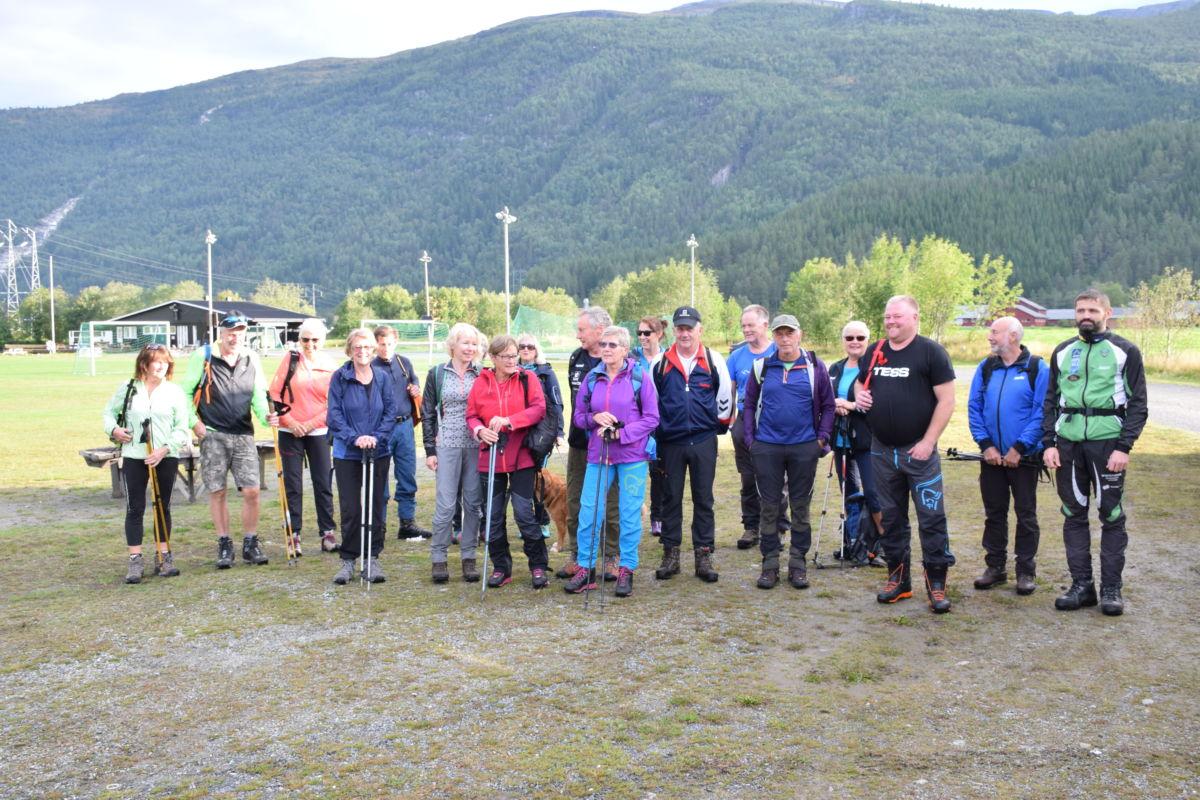 Klare for avreise til Ålvundeid - eit tjetalls deltakarar vart med bussen til starten på Ålvundeid.  Foto Jon Olav Ørsal