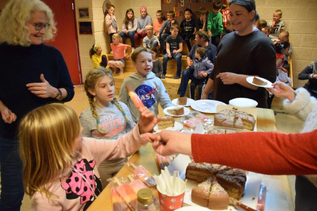 Glad-dag i Todalsskulen, feira med sjokoladekake og is til alle.  Foto: Jon Olav Ørsal