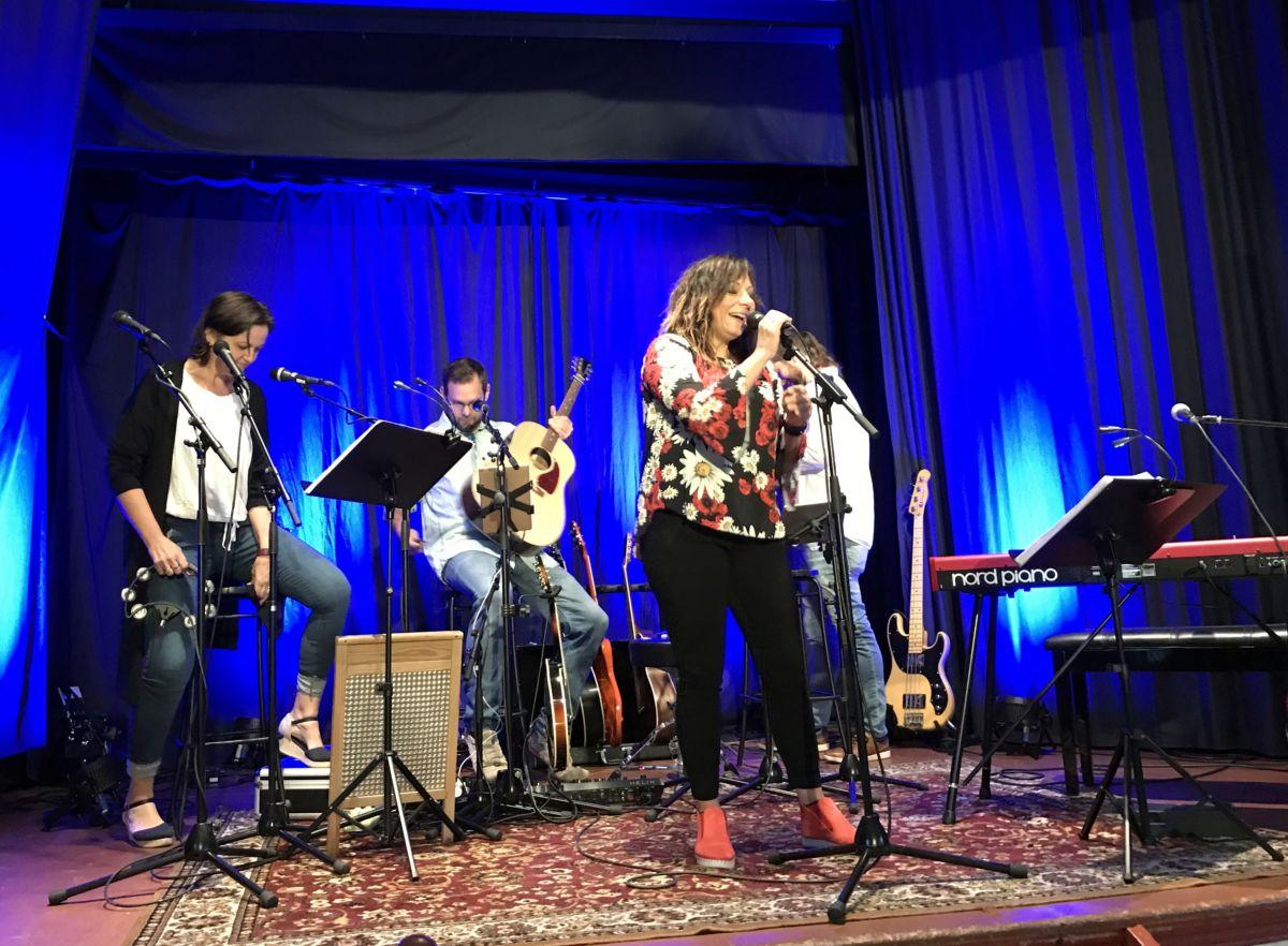 Svanhild Husby med band. Foto: Dordi J H