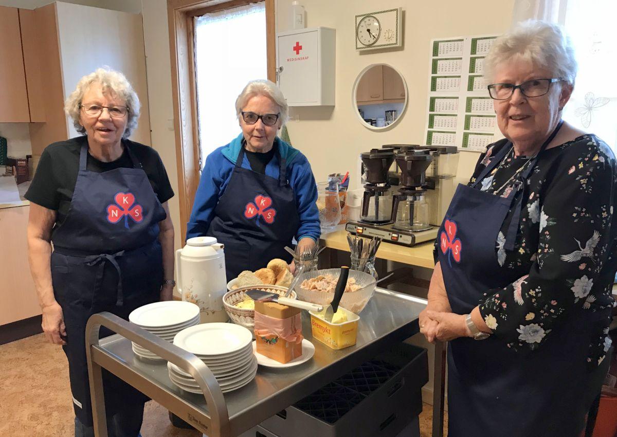 Liv, Sigrun og Karen Johanne ordna med mat og kaffe til alle. Foto: Dordi J H