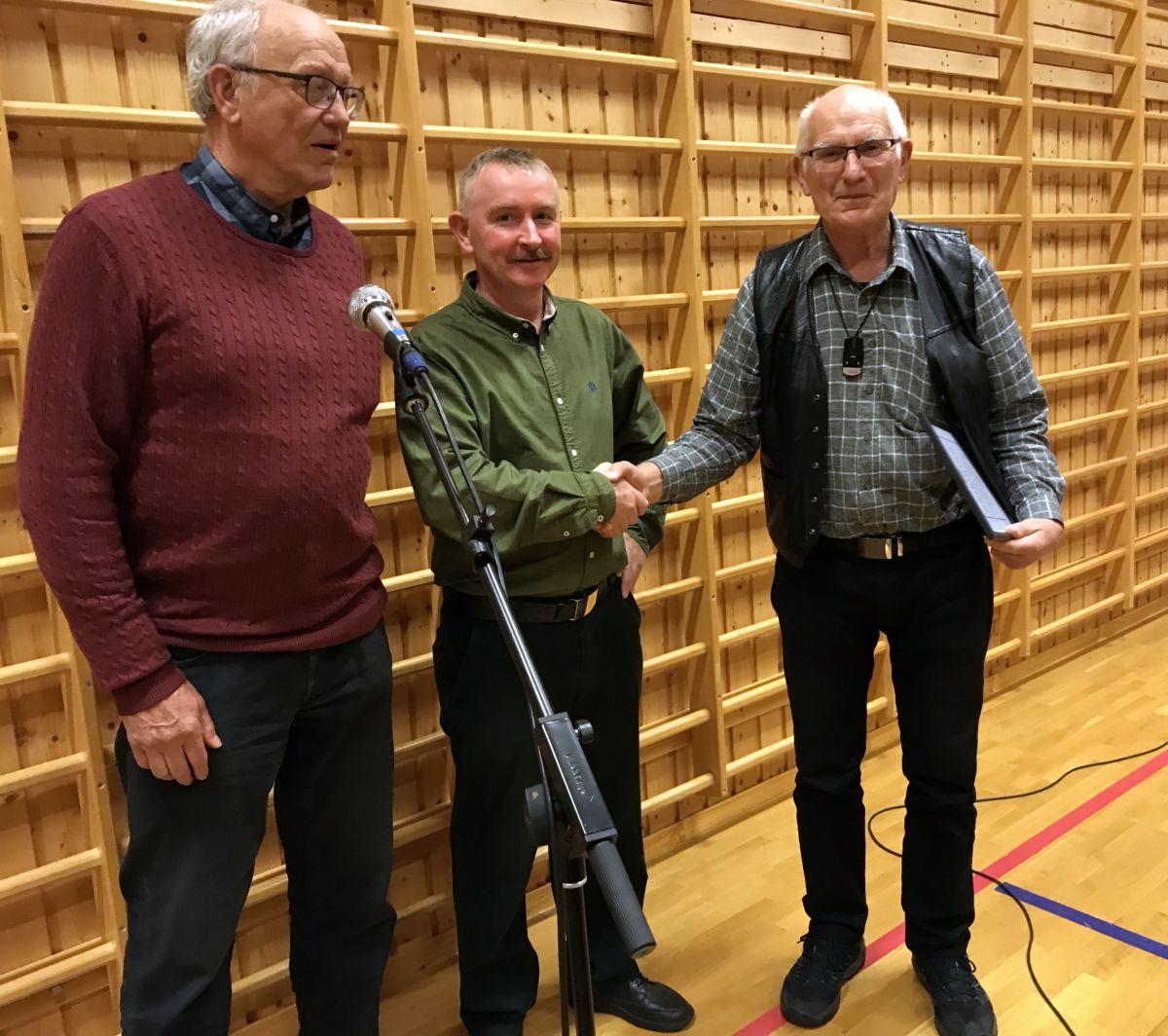 Oddvar Moen tek imot Måldiplom frå Trygve Roaldset og Eivind Hasle. Foto: Dordi J H