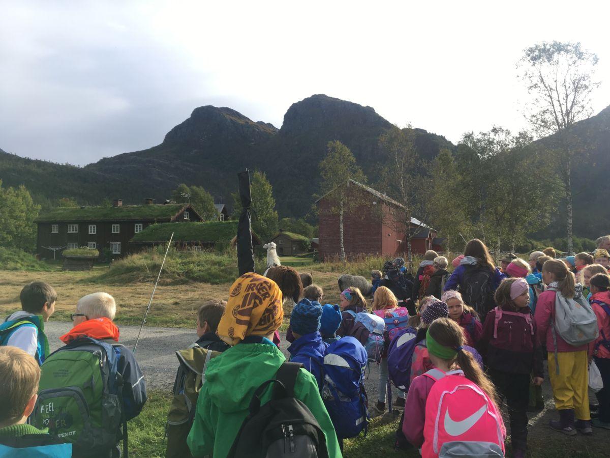 Ankomst Kårvatn med buss - deretter bar det til fots innover til Nauståfossen.  Foto frå Todalen oppvekstsenter