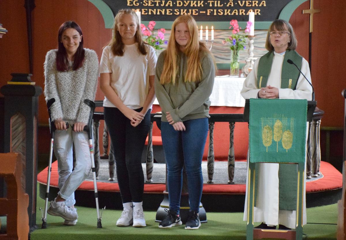 Tre trivelege jenter vart presenterte som neste års konfirmantar - frå venstre Silje Øyen, Lina Husby Nergård og Karoline Brøndbo - her saman med sokneprest Kristin Strand.  Foto: Jon Olav Ørsal