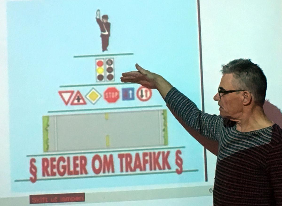 Instruktur Arild Johnny Stølen forklarer trafikkens myndigheitspyramide.  Foto: Jon Olav Ørsal