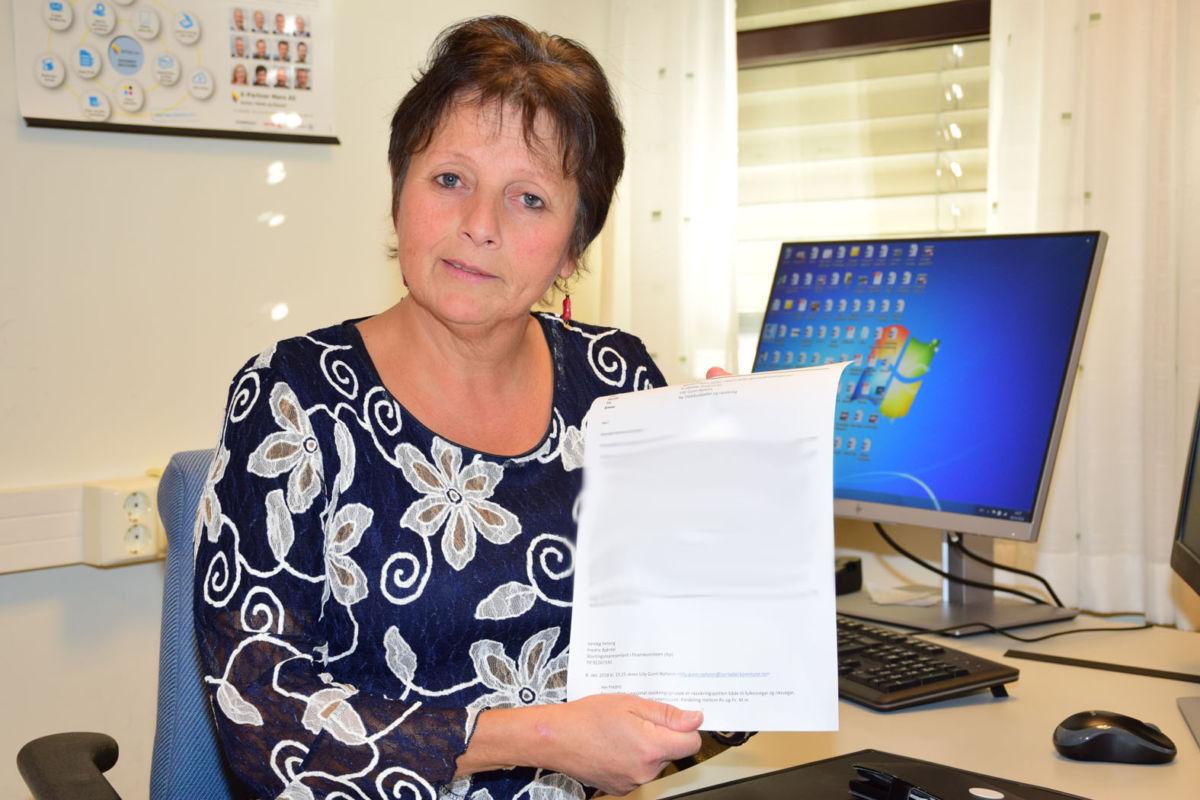 Sjå her!  Ta her budsjettet må eg seie er ein stor skuffelse, seier ordførar Lilly Gunn Nyheim.  Foto: jon Olav Ørsal