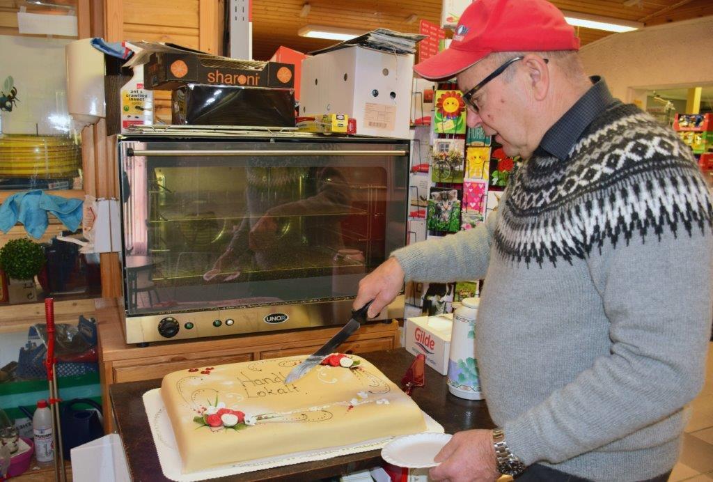 Laurdag var det blautkake til alle - Handelsmann Nordvik serverte gratis kake og kaffe til alle som ville ha.