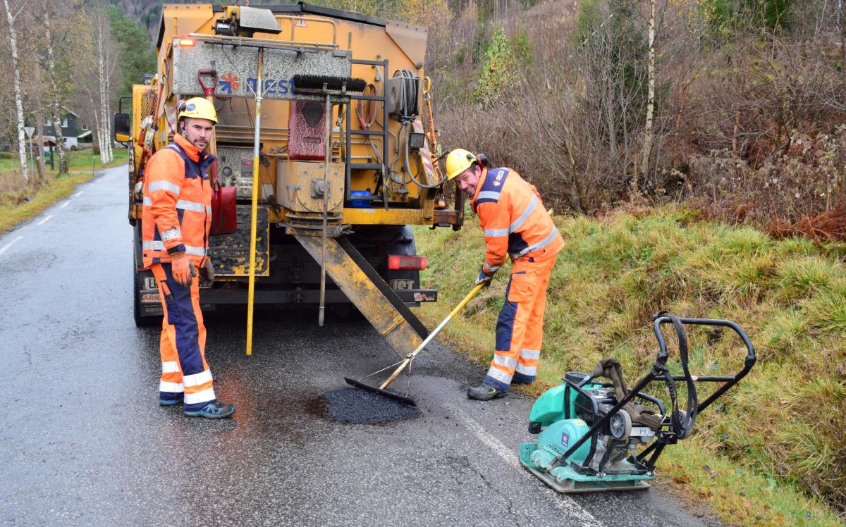 Honnør til Marius og Geir Magne som no reparerer dei verste hola på FV671 innover til Todalen.  Foto: Jon Olav Ørsal
