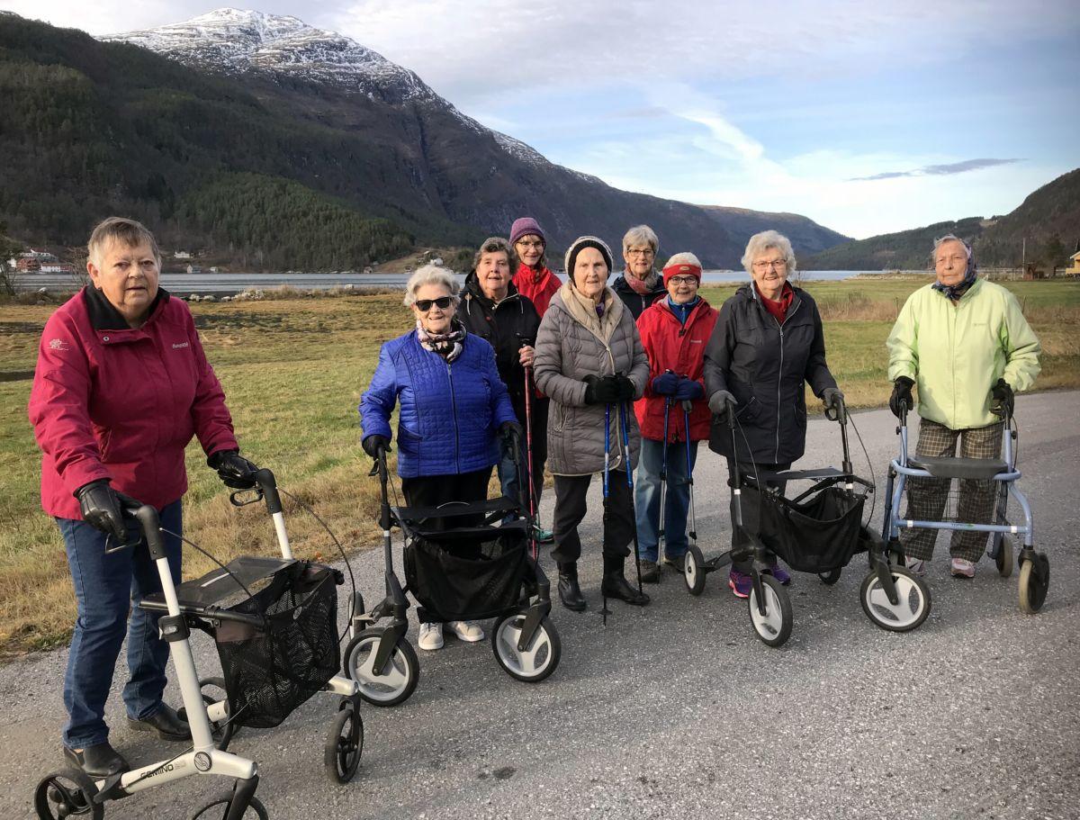 Fin turdag! Frå venstre: Grete, Ingrid, Ingeborg, Ester Karin, Anne, Jorunn, Sigrun, Jenny og Kitty. Foto: Dordi J H