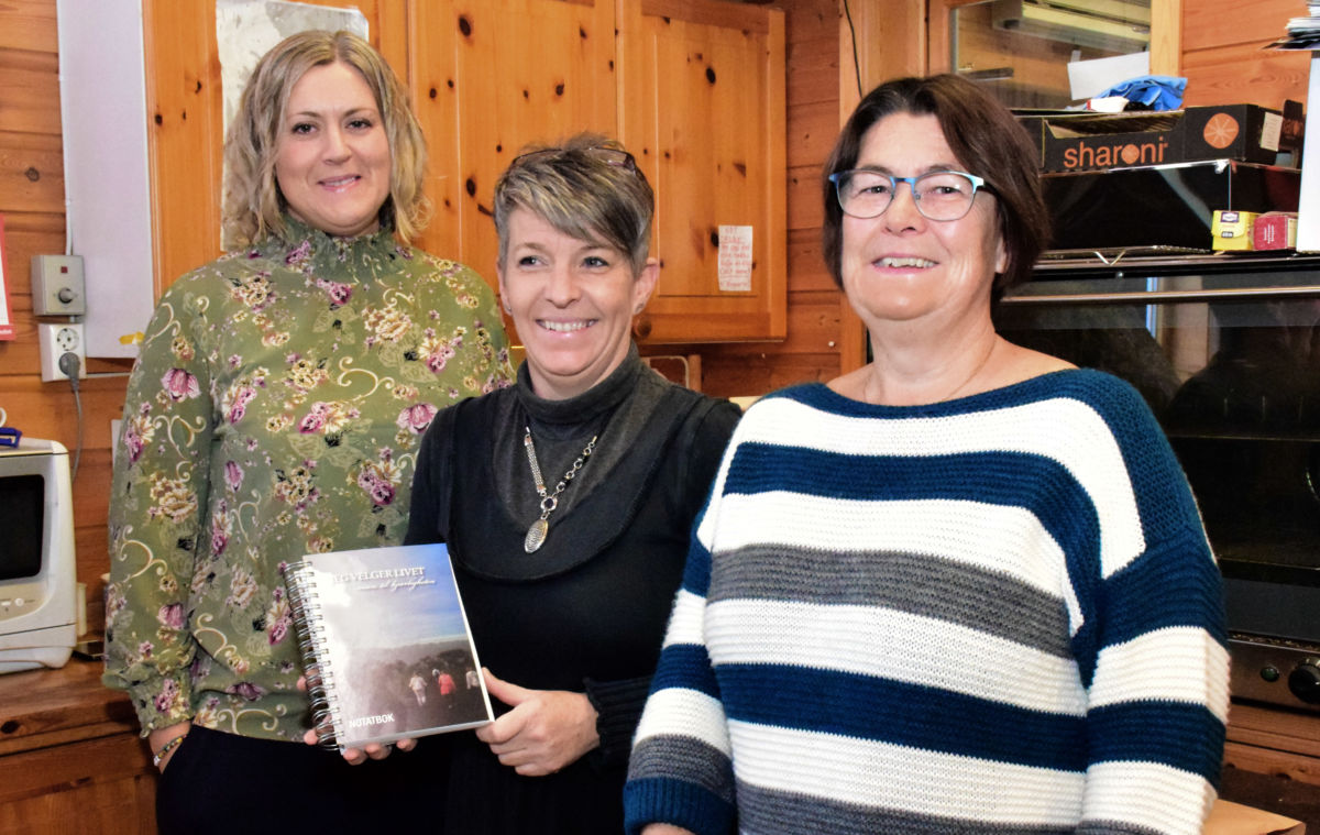 Endeleg er boka klar for salg - Ingeborg Tafjord har designa boka - her saman med Ingrid Pedersen og Jenny Stensby.  Foto: Jon Olav Ørsal