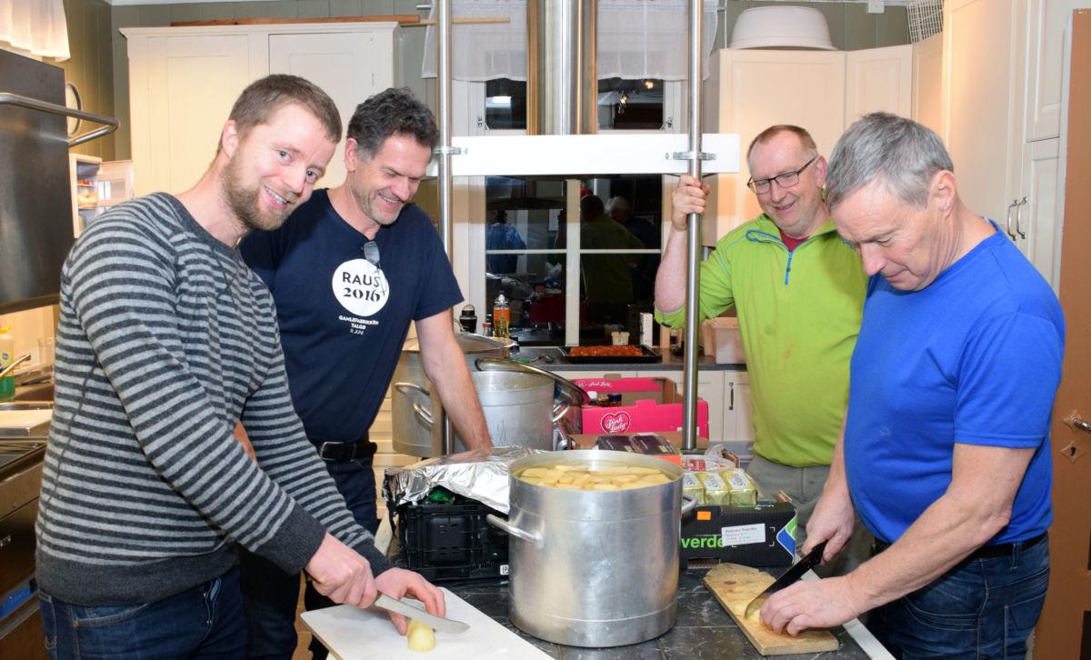 Kokkane er snart klare med julematen - frå venstre Anders Gjeldnes, Nils Ove Bruset, sjefskokk Jon Olav Roaldset og Knut Halset. Foto: Jon Olav Ørsal