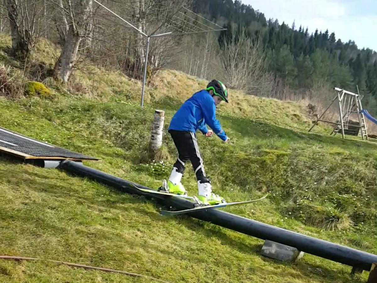 Barmarkstrening heime ved klesnora i Furuvegen - no må det bli snø snart!! Foto IK