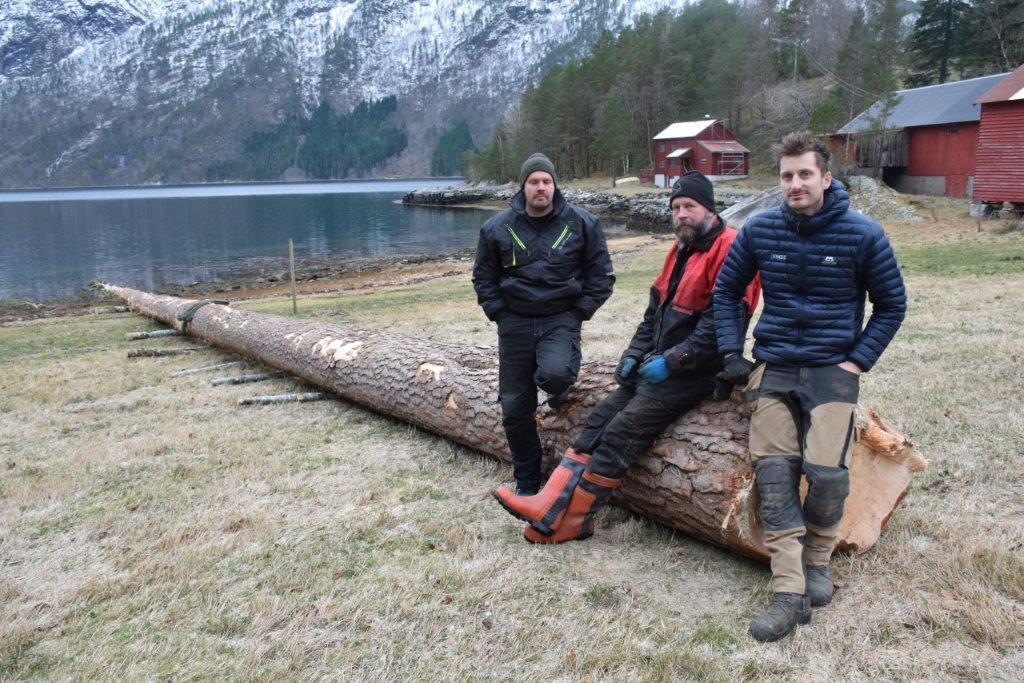 Jobben er gjort - frå venstre Arne Gjeldnes, Per Gjeldnes og Tore Svinvik.   Foto: Jon Olav Ørsal