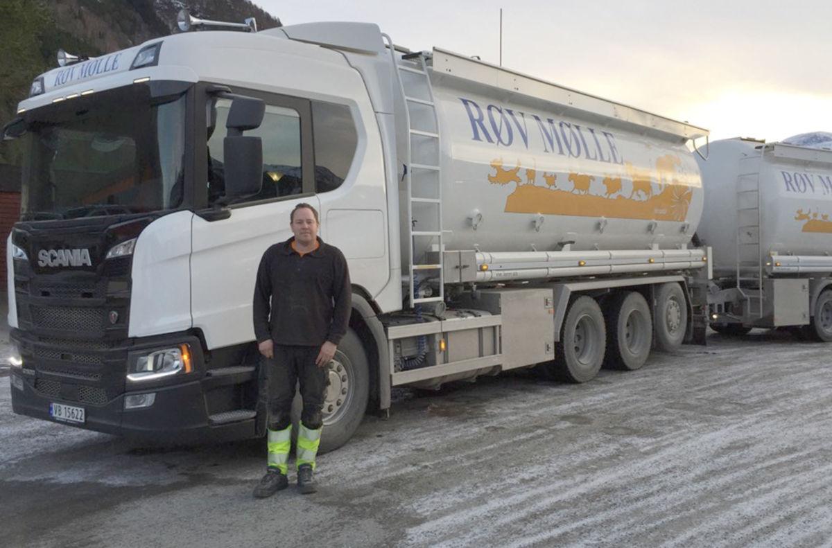 Eirik er fast sjåfør på nybilen, og fredag var han i Todalen med fullt lass.  Foto: Terje N