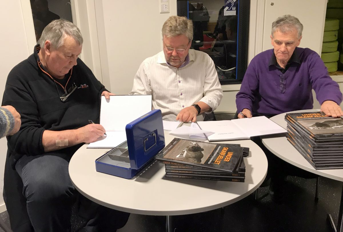 Forfattarane fekk det travelt med å signere og selje bøker. Foto: Dordi J H
