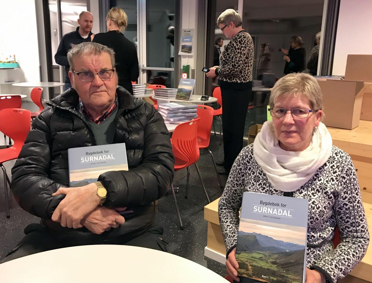 Anders Hyldbakk og Solvor Røen er to av dei mange grendekontaktane som har gjort ein stor innsats for bygdeboka. Foto: Dordi J H