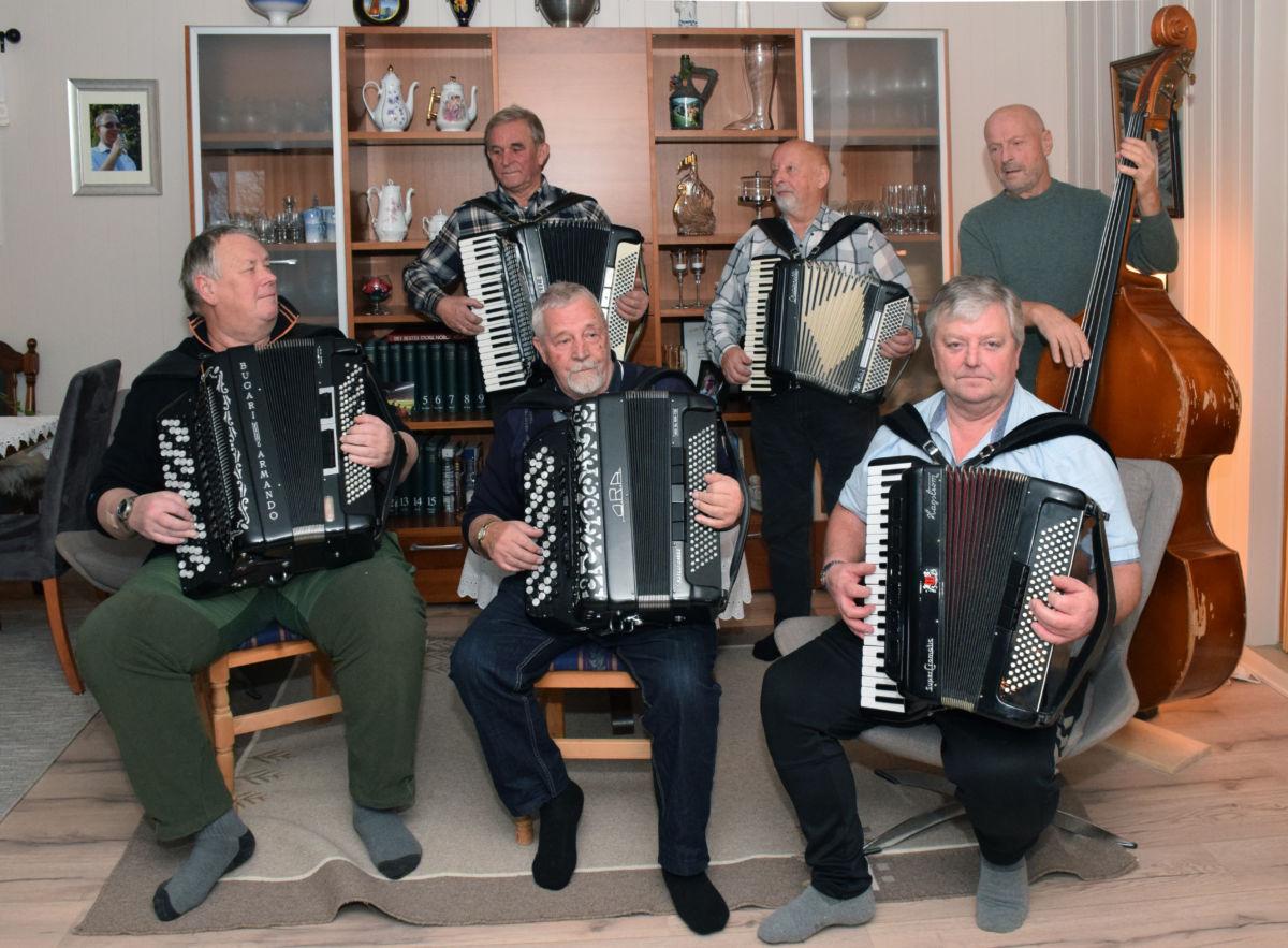 The Invalidos samla til trekkspelltreff i Jostua. Foto: Jon Olav Ørsal