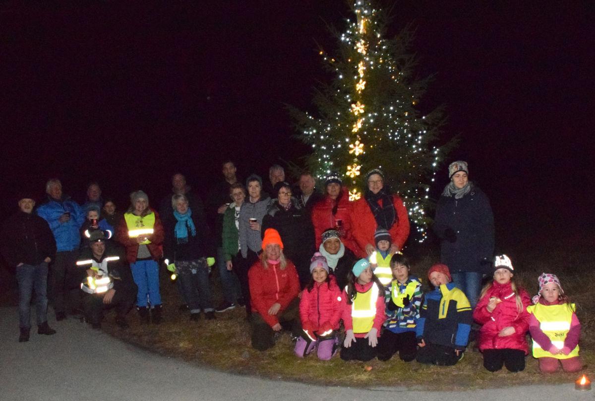 Her er dei fleste av deltakarane samla framfor juletreet som står i Trudvangkrysset.  Foto: Jon Olav Ørsal