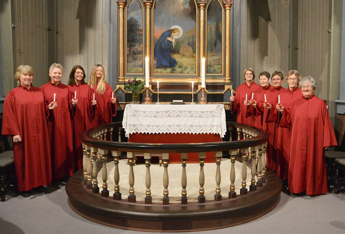 Damene i koret framfører Glade jul i originalversjon.  Foto: Bernt Bøe