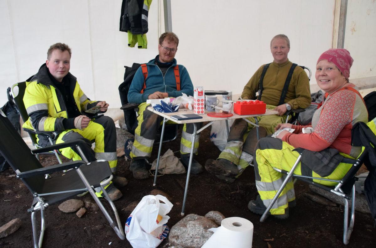 Siste lunchpause i teltet - jobben er gjort ferdig, seier Ola Alexander Husby, Theodor Bruun, Vegard Hyttebakk og prosjektleiar Monica Svendsen. I tillegg har Carl F. Vemmestad vore med i gruppa.   Foto: Jon Olav Ørsal