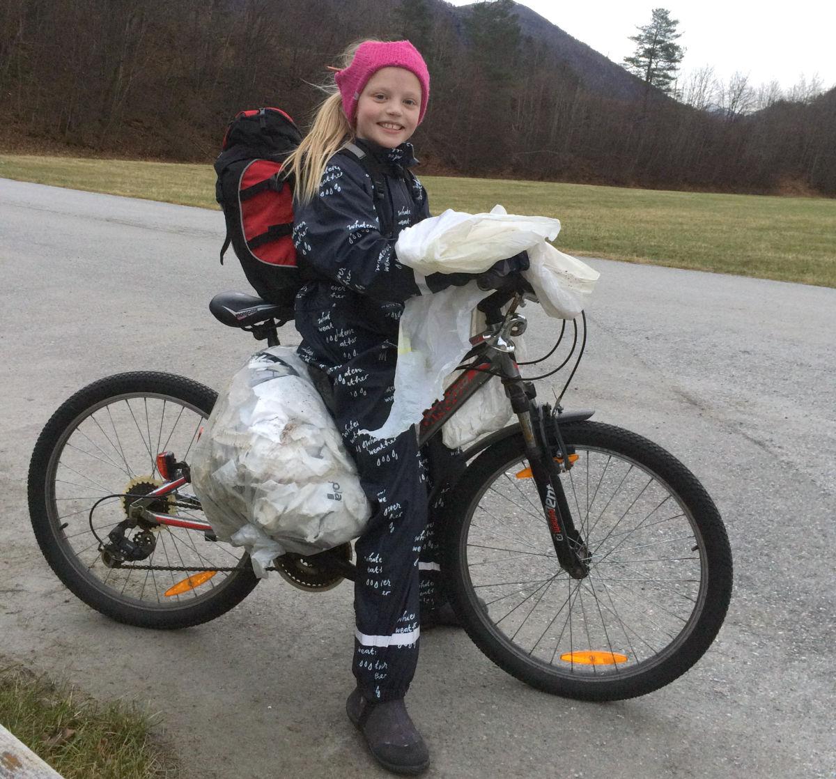 maria samla i hop plasten som lag og slong - så bar det rett i søppelkassen på skulen med det!  Foto: Line K.