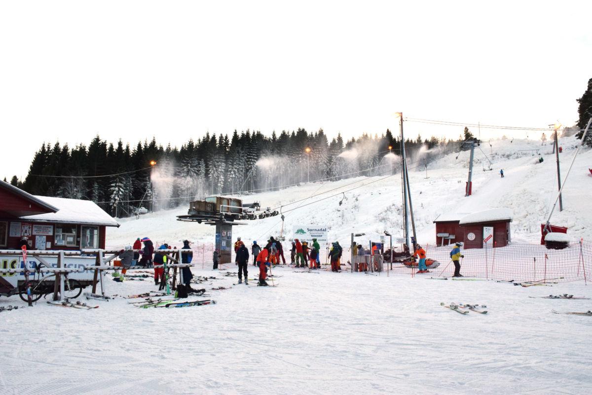 Det var stor aktivitet og stor skiglede i Seterlia på opningsdagen søndag.  Foto: Jon Olav Ørsal