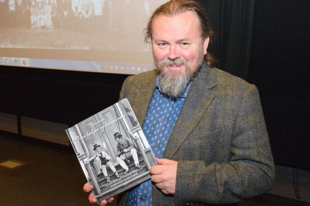 Tommy Fossum har samla historia om engelske lakselordar på Nordmøre mellom to permar.  Foto: Jon Olav Ørsal