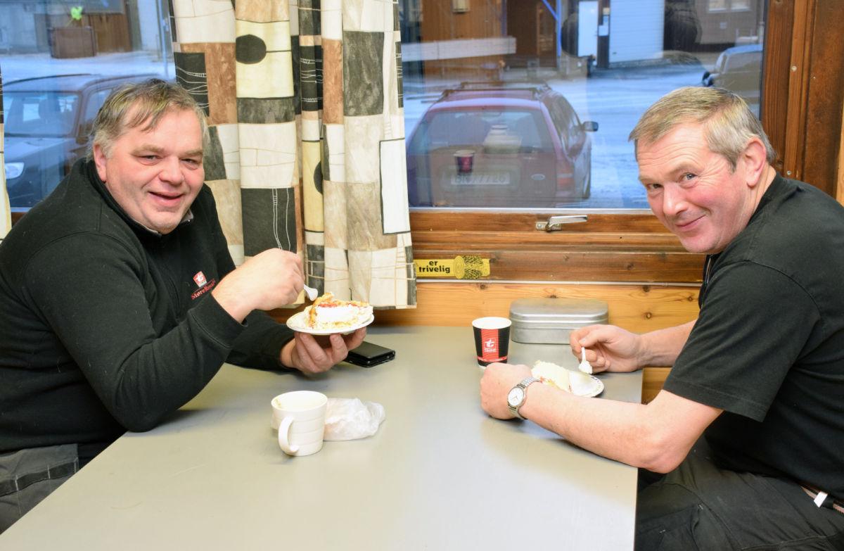 Heilt greit med marsipankake på ein førjulmåndag, tykte Hans Torslett og Øyvind Solvik.  Foto: Jon Olav Ørsal