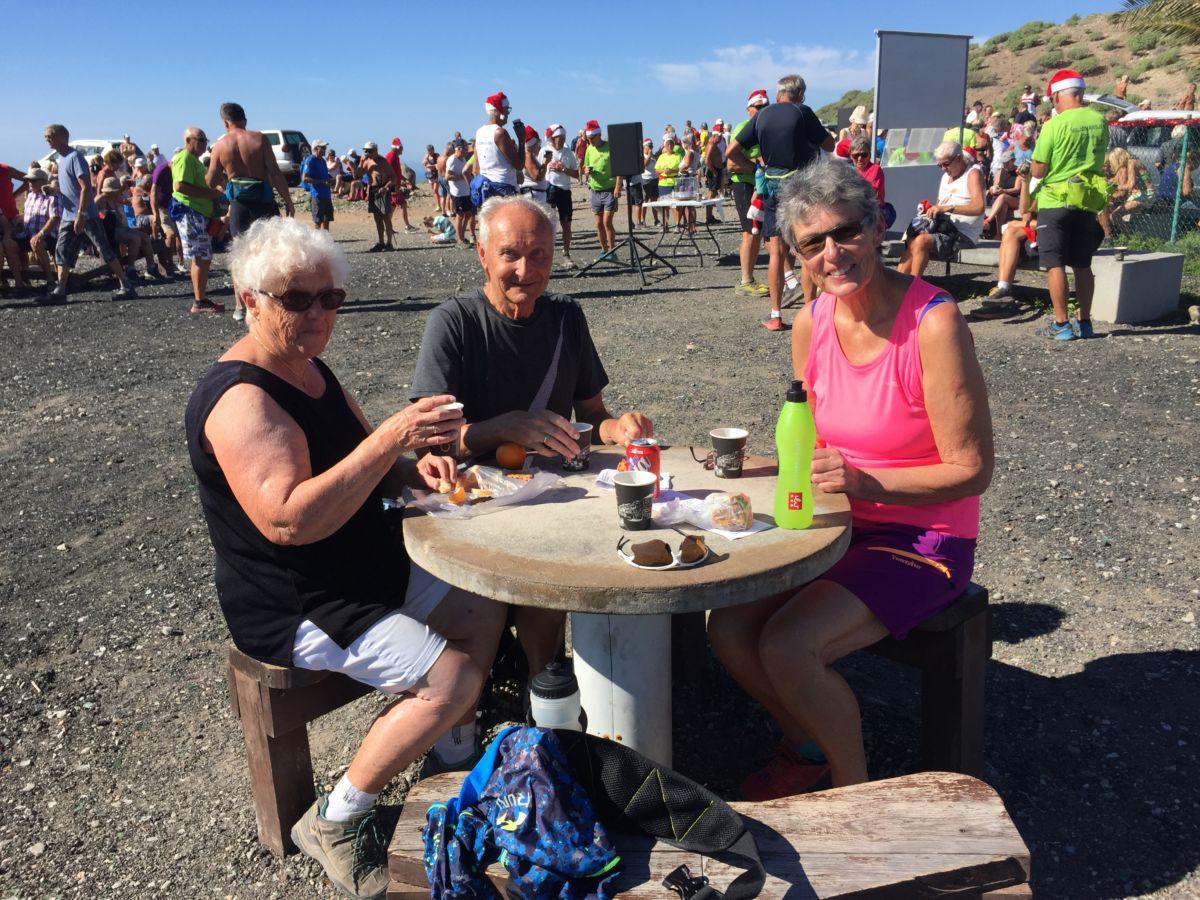 Todalingar på gudsteneste på Norskeplassen på Gran Canari - Randi og Vidar Sogge saman med Jenny Talseth.  Foto: Edmund Talseth
