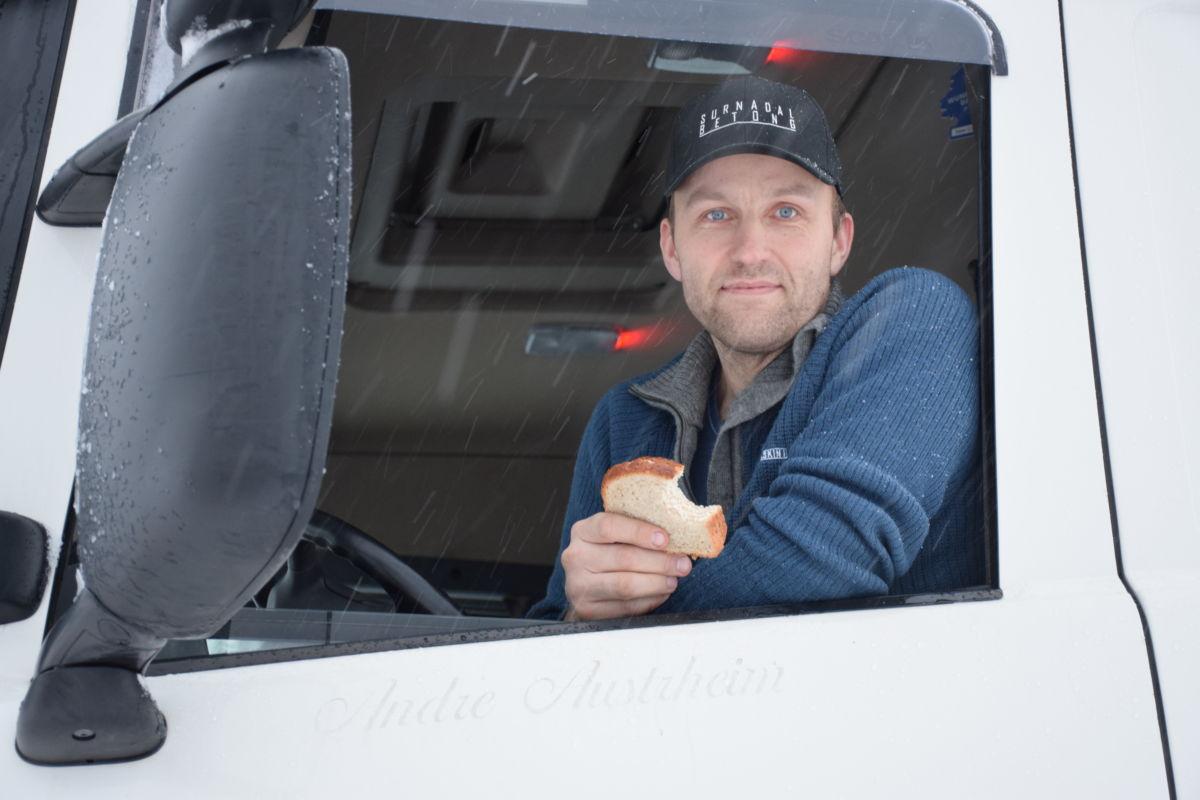 Arne Harald Moe tok formiddagsmaten i brøytebilen.  Foto: Jon Olav Ørsal