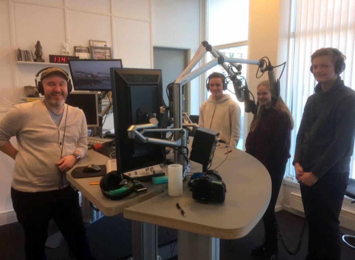 Deltakarane, Erik Kårvatn, Synnøve Aukan Meisingset og Amund Pihl Strand i studio saman med Roar Halten frå NRK.