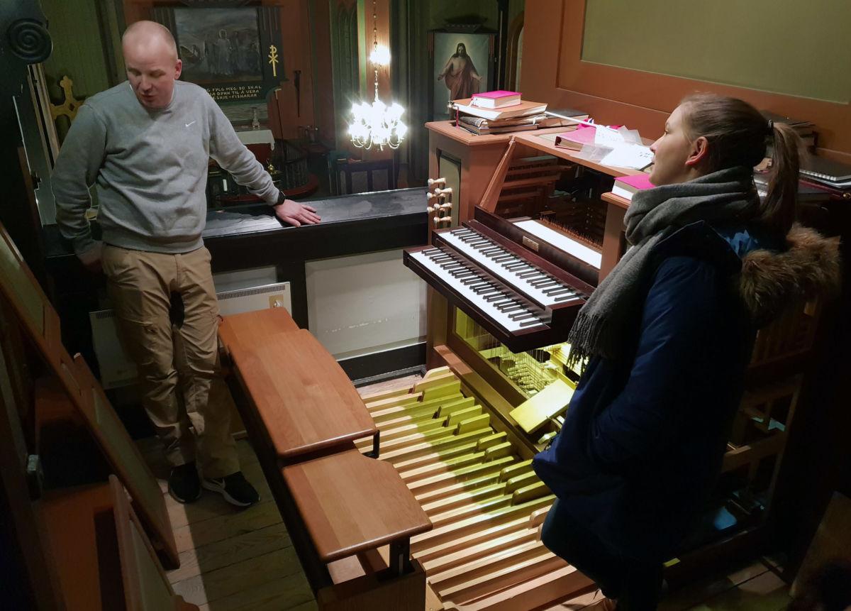 Det trengs eit krafttak for å få skikk på orgelet i Todalen kyrkje konstaterer ekspertane.  Foto: Anders Gjeldnes