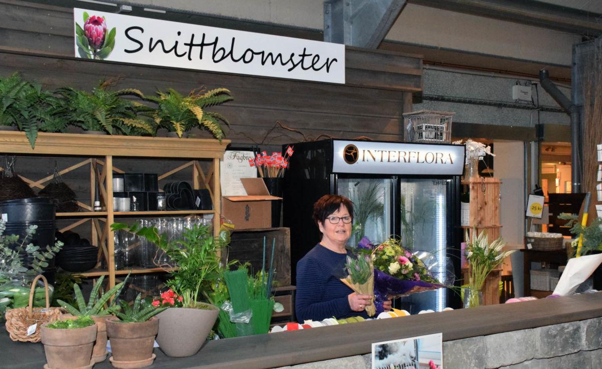 Si det med blomster - Ny avdeling for snittblomster i Hageland - Torill Kvande med ein flott bukett.  Foto: JOØ