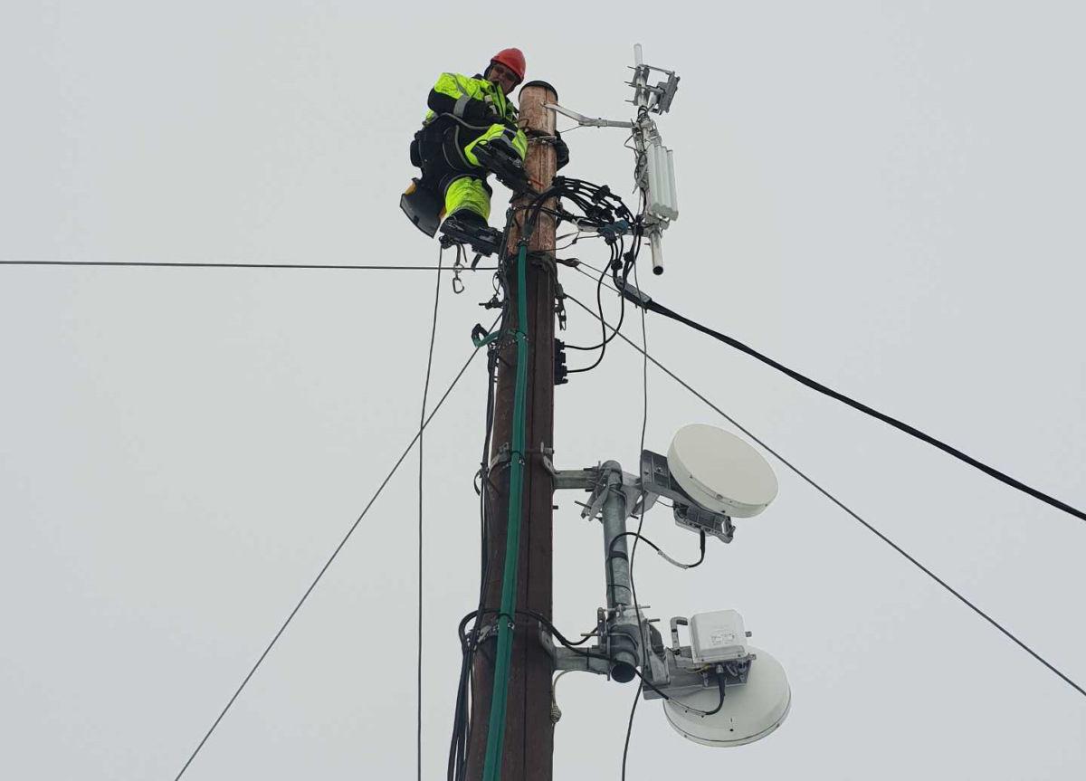 Ole Ingar Strand jobbar med å skifte sendar i masta ved Reiret.  Foto: Svorka/LAG