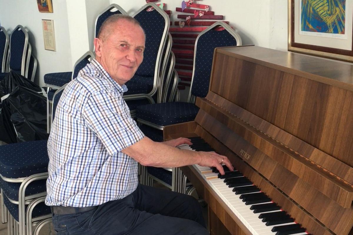 Torbjørn brøske ved pianoet i sjømannskyrkja i Arguinigin i jula 2018.  Arkivfoto: Jon Olav Ørsal