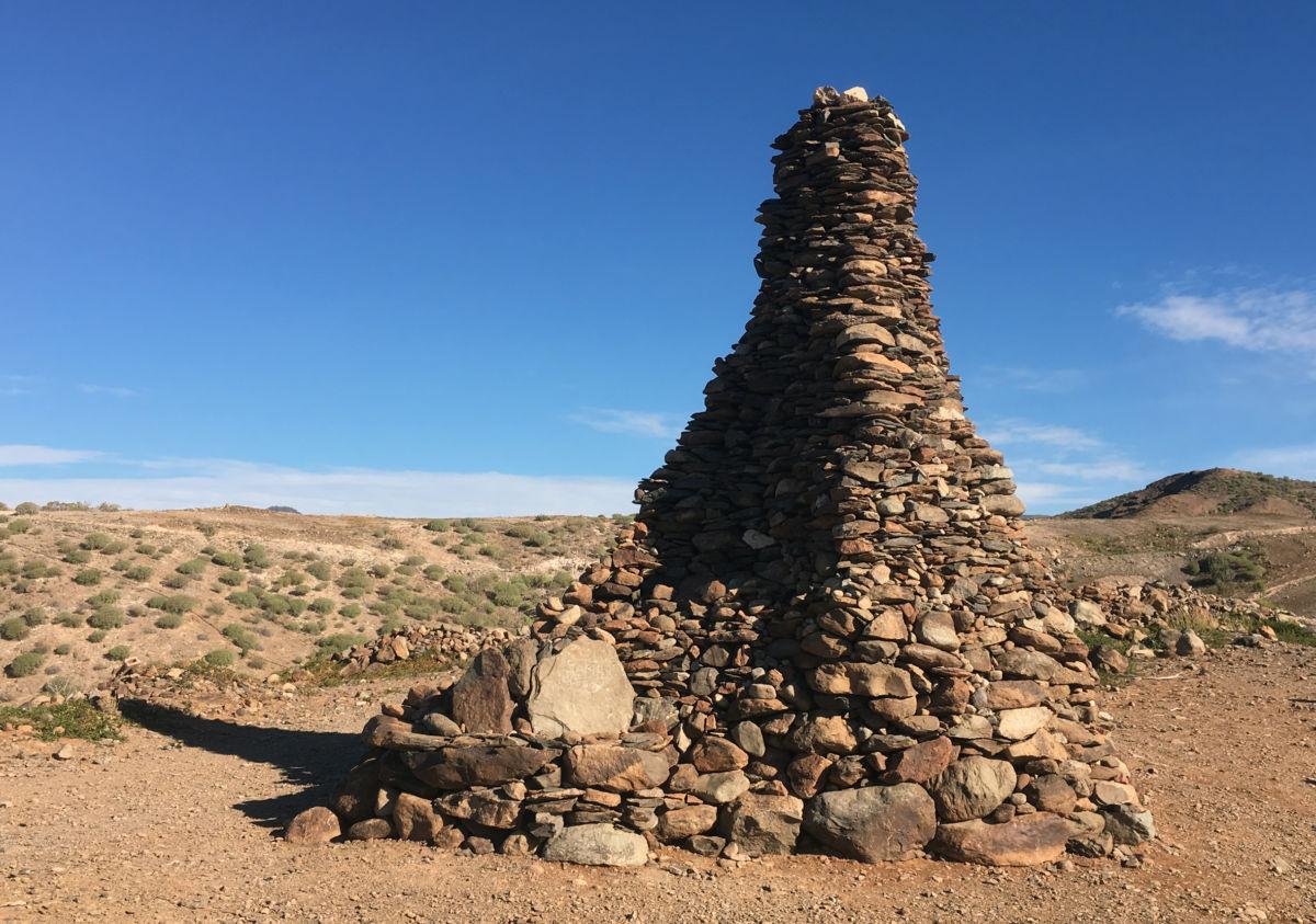 Det er nok mange som har ytt eit bidrag ved å legge nye steinar på varden ved Norskeplassen.