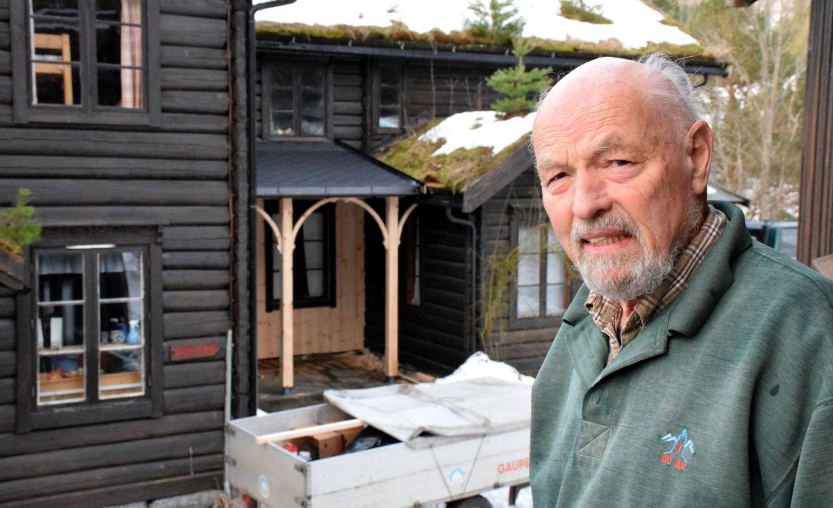 Big chef i KNT: - Eirik Gudmundsen og dugnadsgjengen er i full gang med renovering av Todalshytta.  Foto: Jon Olav Ørsal