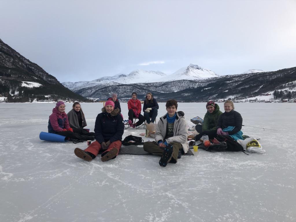 Bror Sæter og Kristian Hauglann Talgø hadde med seg ein flokk venner på isutflukt.