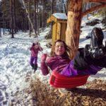 Tuva  og  Frida  i  full  lek  på  Tjønnmyran