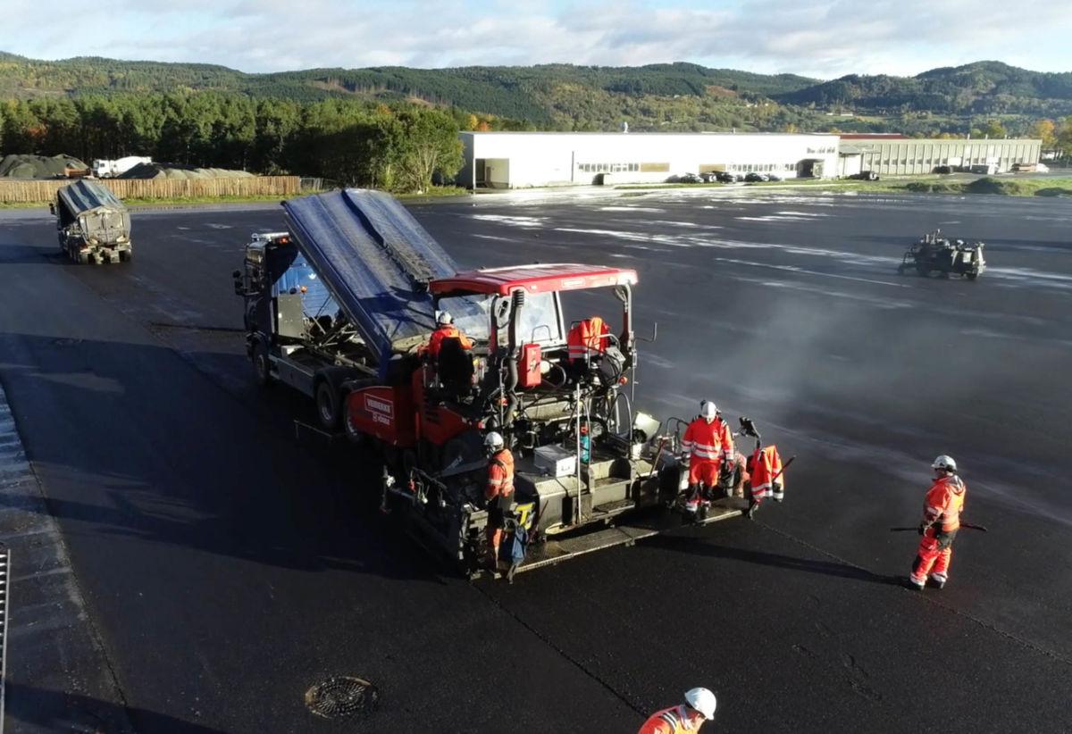 Veidekke asfalterte heile den nye lagerplassen på 13.000 m2 på Talgø MøreTre.  Foto:Kristian Mossing