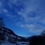 Bak  skyene  er  himmelen  allvæg  blå  .