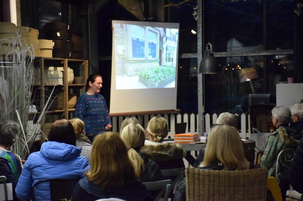 Kirsty Mckinnon snakka til eit lydhørt og interessert publikum.  Foto: Jon Olav Ørsal