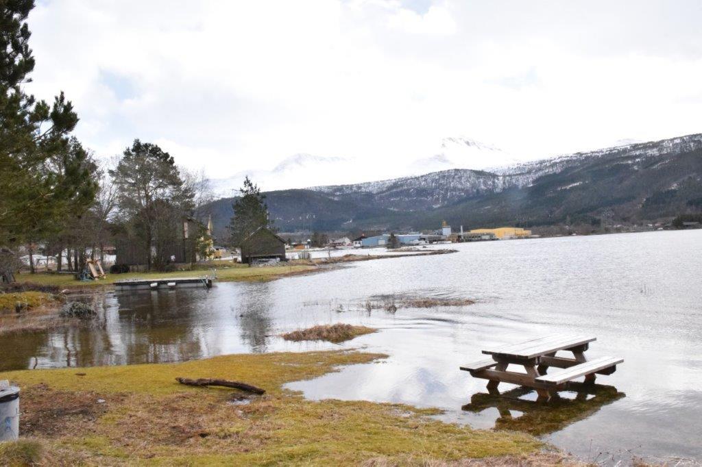 Frå båthamna og innover Kvennsetøran med Talgøfabrikken i bakgrunn.  Foto: Jon Olav Ørsal
