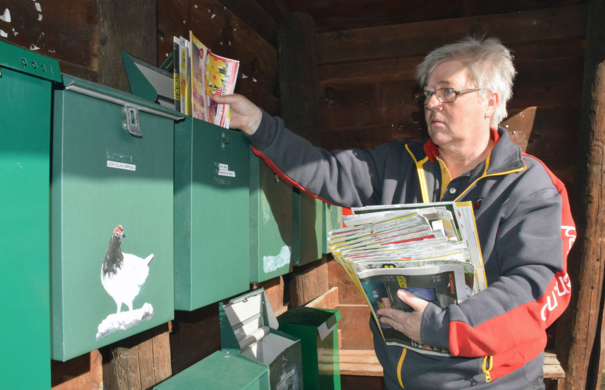 Aviser, reklame og brev sorteres ned i postkassane.  Foto Jon Olav Ørsal