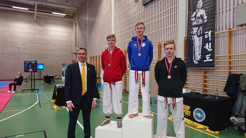 2 x sølv for Sindre K. Bruset - både mønster og i sparring.  Foto: Surnadal Taekwondo klubb