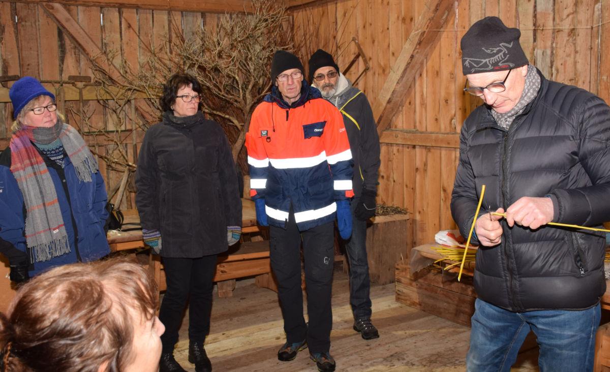 Sven Olav Svinvik demonstrerte poding for kursdeltakarane i Svinviks arboret.  Foto: Jon Olav Ørsal