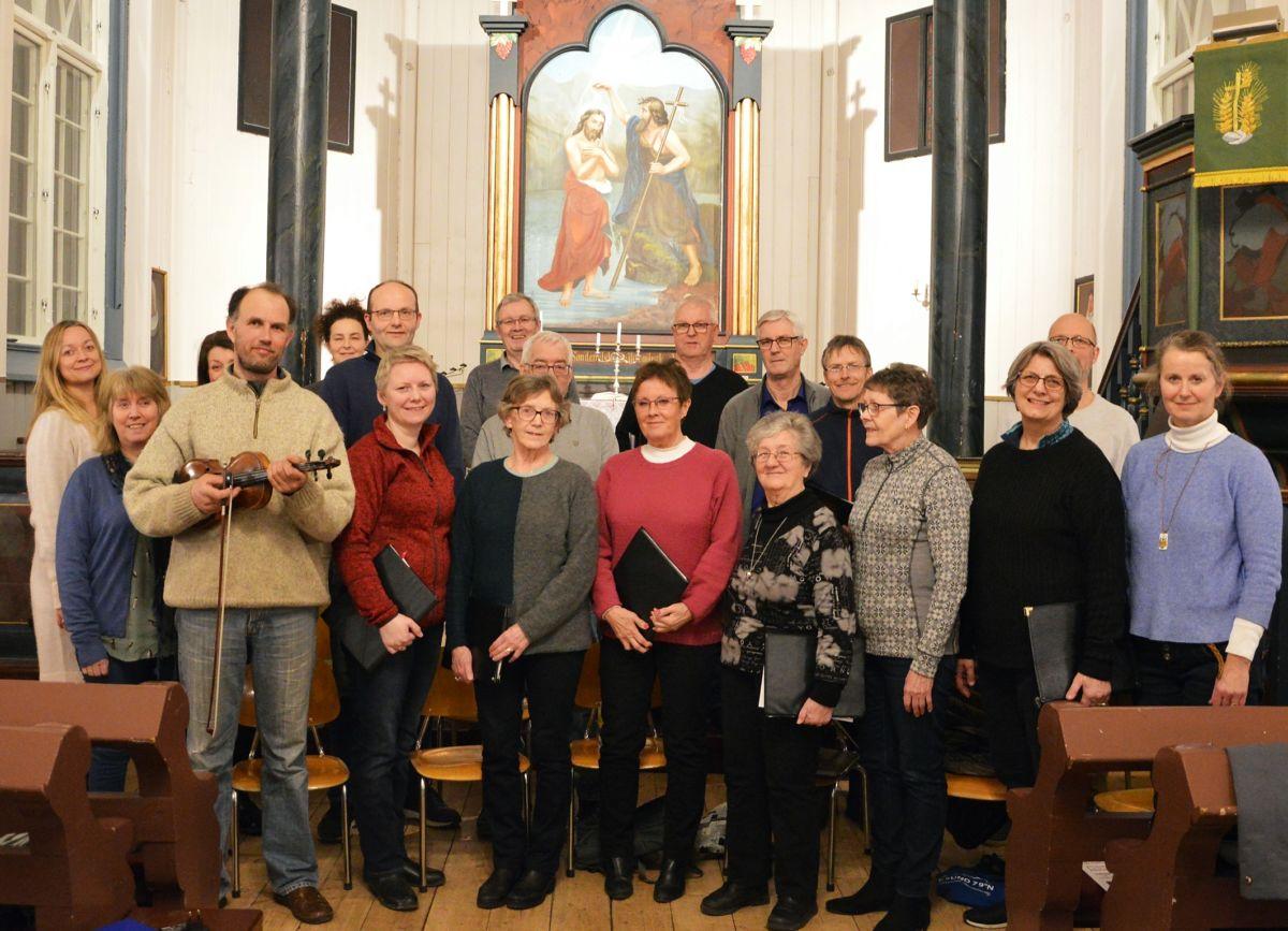 Koret P17 saman med Torgeir Leivdal (med fela) og Oddveig Helset Halle (til høgre) under ein prøve til konserten.  Foto: Bernt Bøe