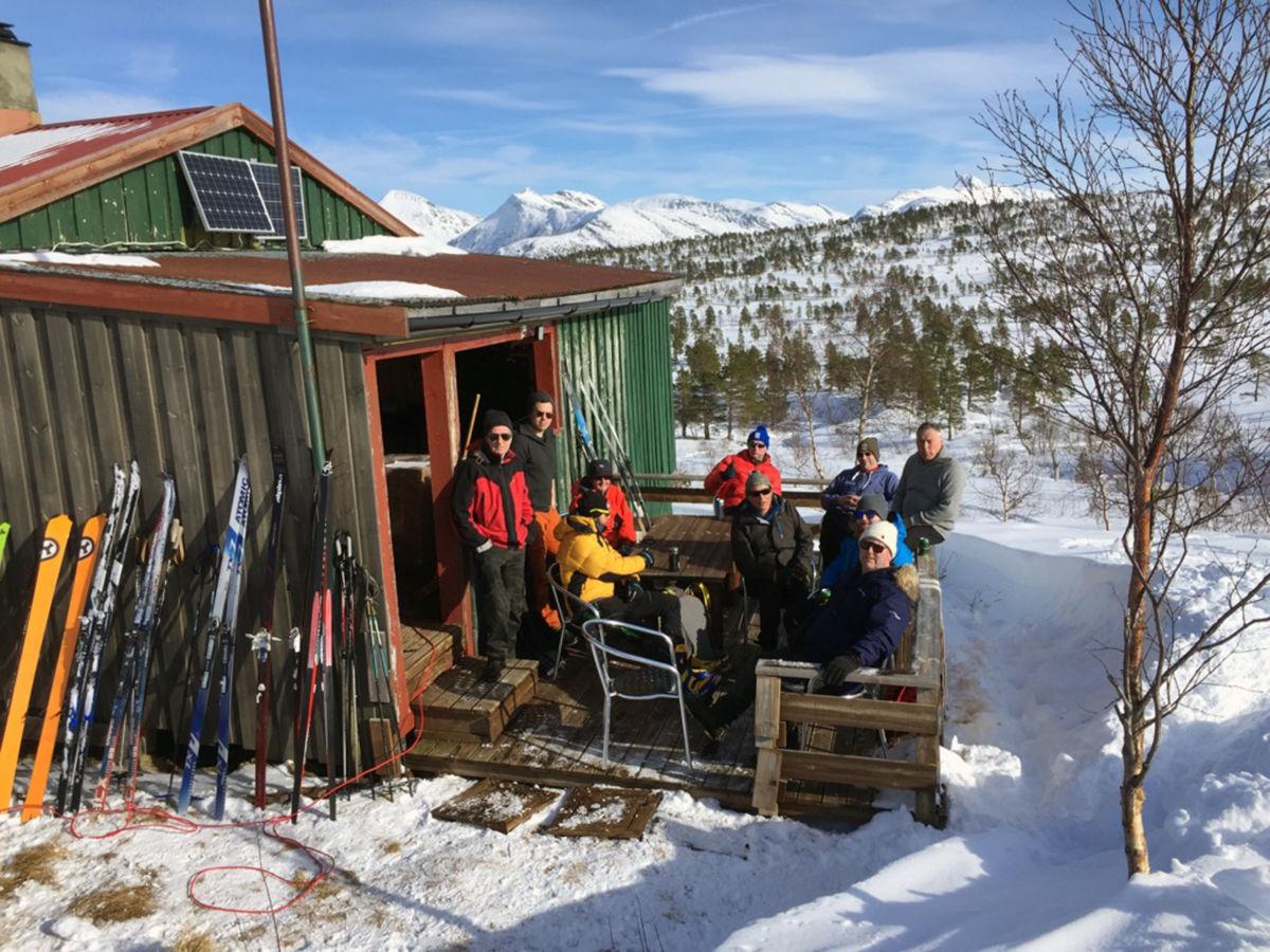 Dagens øving på vinterblotet på Skihytta har vore skiskyting - her ventar deltakarane på premieutdelinga.  Foto: TerjeN