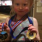 Fornøyd  lita  Bea  etter  medaljesamlingen  frå  «barn  i  løypa»  og  «Svorka  karusellrenn»